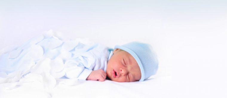 האם להעיר את התינוק כדי להניק?